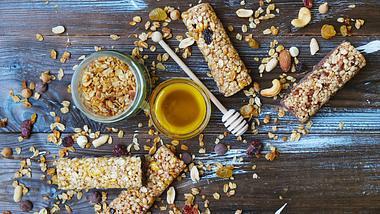 Müsliriegel ohne Zucker kannst du ganz leicht selber machen. - Foto: undefined undefined/iStock