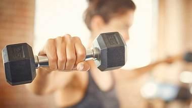 Muskelaufau bei Frauen: Diese Tipps musst du kennen - Foto: iStock/ Neustockimages