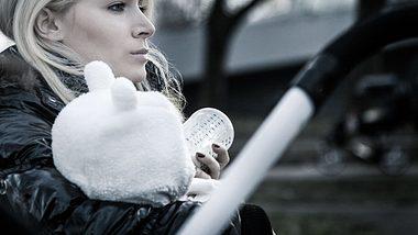 Eine Mutter mit Depressionen braucht sehr wahrscheinlich professionelle Hilfe und Unterstützung. - Foto: iStock