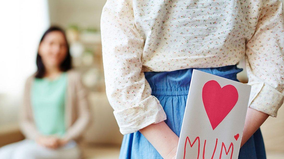 Mädchen überreicht Muttertagsgeschenk - Foto: istock/shironosov