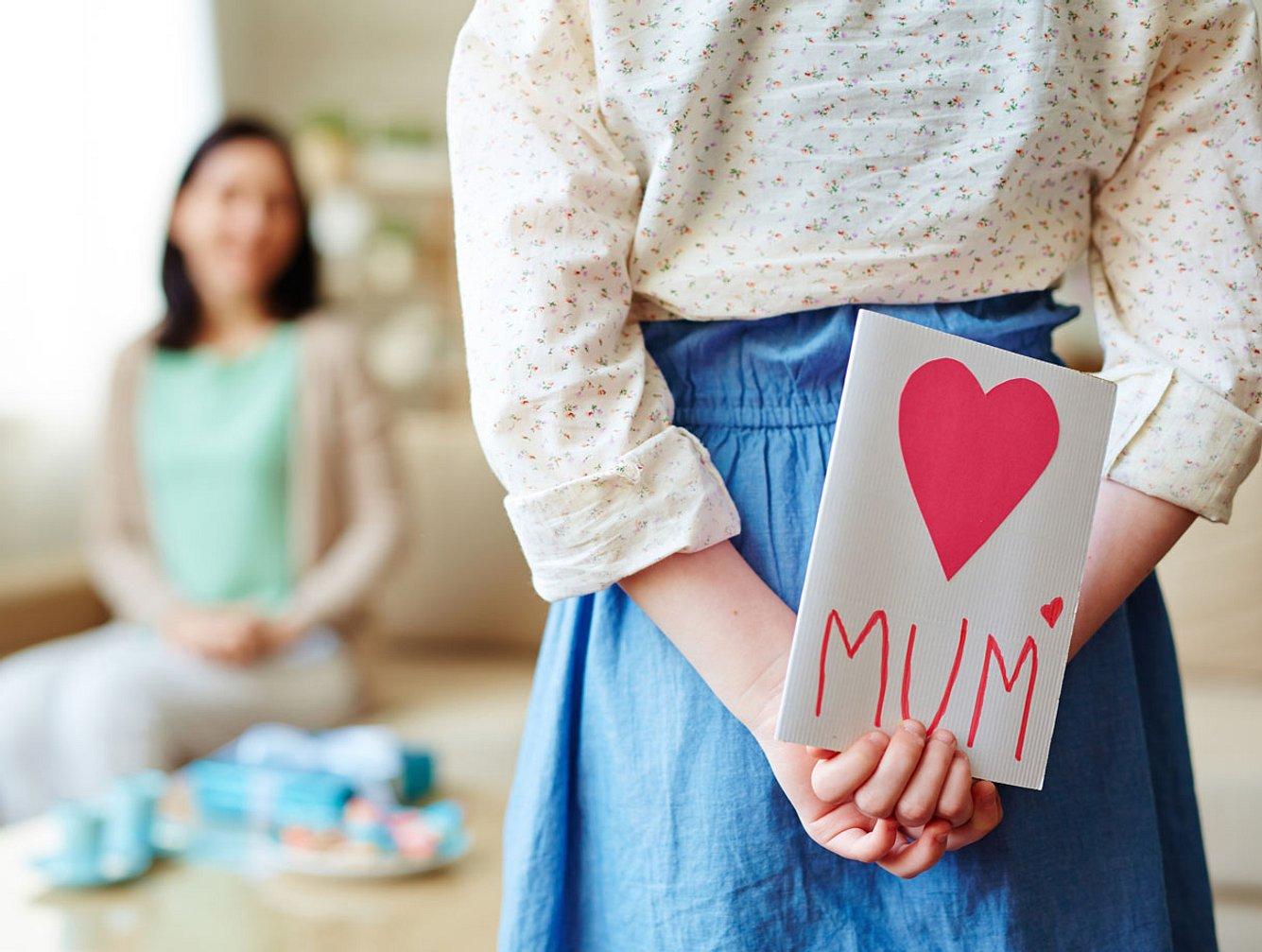 Mädchen überreicht Muttertagsgeschenk