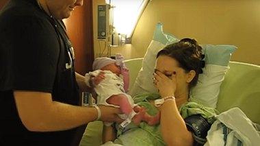 Nach der GEBURT will ihr zuerst keiner ihr BABY geben. Als sie es dann endlich zu sehen kriegt, versteht sie sofort warum... - Foto: © YouTube
