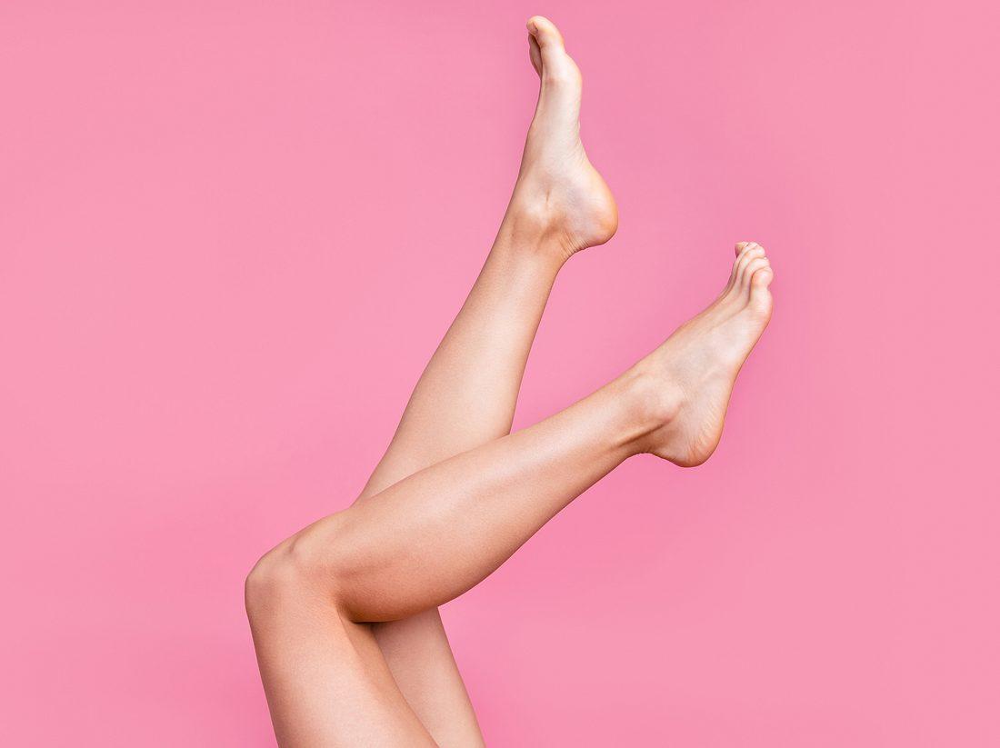 Frau hält glatte Beine in die Luft