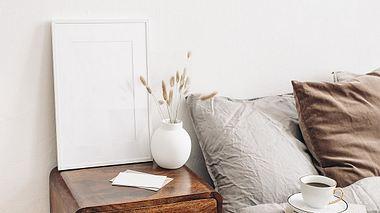 Nachttisch aus Holz im Schlafzimmer. - Foto: iStock/ Tabitazn