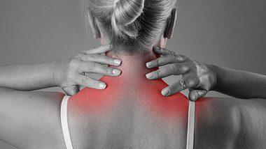Nackenschmerzen? Welche Schlafposition dir hilft - Foto: iStock