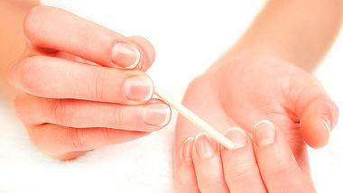 Die Nagelhaut wird am besten mit einem Rosenholzstäbchen zurückgeschoben. - Foto: MichaelNivelet / iStock