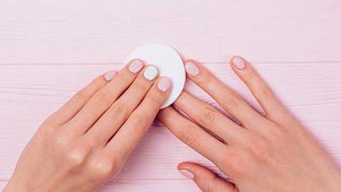 Wir haben vier Tricks, mit denen du deinen Nagellack auch ohne Nagellackentferner entfernen kannst. - Foto: iStock/iprogressman