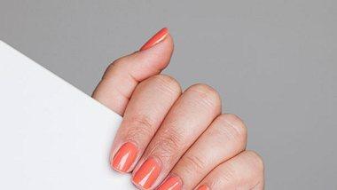 Farbe und Pflege: Das gibts jetzt zusammen in einem Nagellack - Foto: Istock
