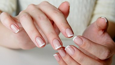 Nagellacktrend: French Nails mal anders - so sehen unsere Nägel jetzt aus - Foto: iStock