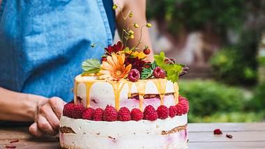Der Naked Cake mit Beeren ist in einer Stunde fertig. - Foto: iStock/MilaDrumeva
