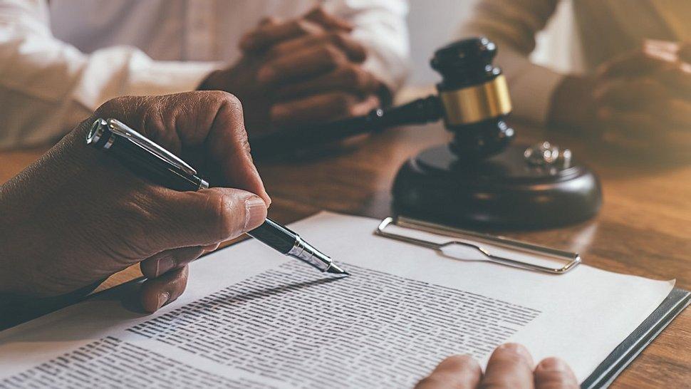 Neue Gesetze und Änderungen im September 2021 betreffen unter anderem das Atomgesetz - Foto: MIND_AND_I/iStock