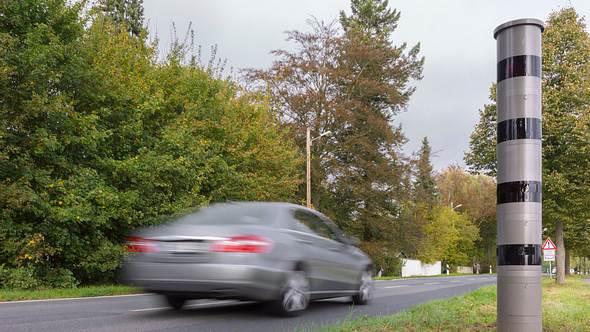 Neuer Bußgeldkatalog: Künftig warten empfindliche Strafen auf Autofahrer - Foto: igmarx/iStock