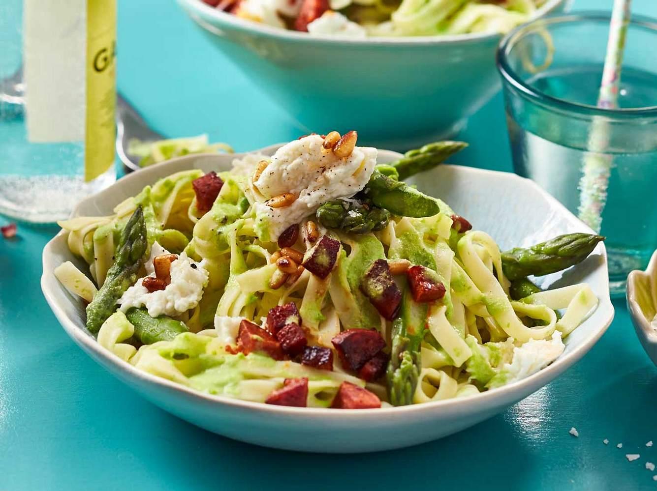 Unsere Frühlingspasta hat alles, was das Herz begehrt: Nudeln, Spargel und Mini-Brokkoli.