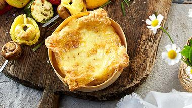 Ofenkäse ist schnell und einfach selbst gemacht. - Foto: House of Food / Bauer Food Experts KG