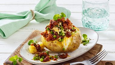 Der Klassiker unter den Ofenkartoffeln mit Mett und Gemüse. - Foto: House of Food / Bauer Food Experts KG