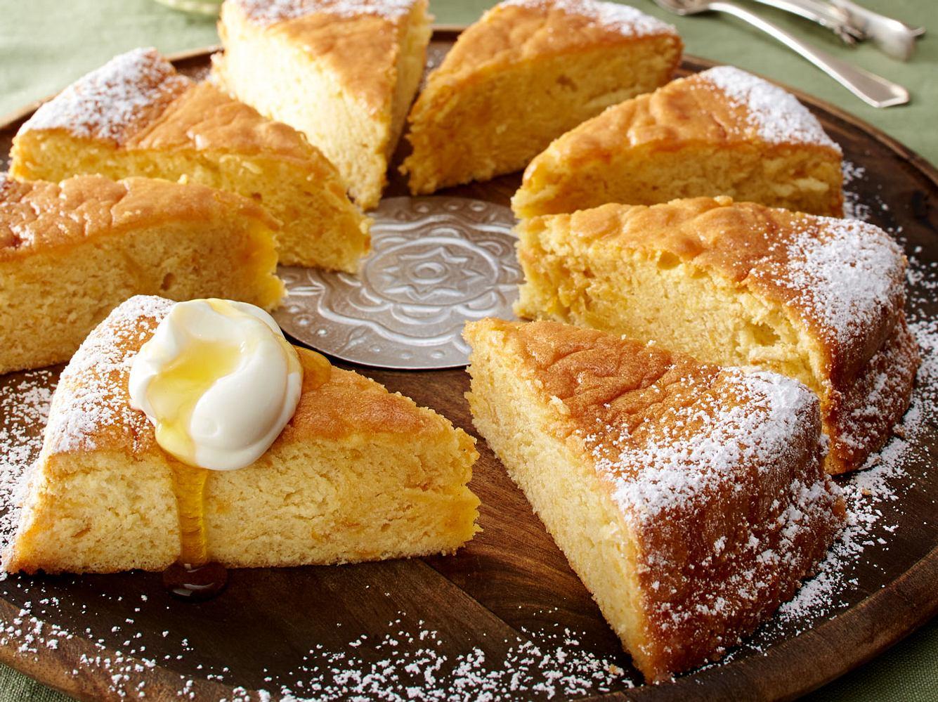 Der Olivenölkuchen schmeckt pur, aber auch mit griechischem Joghurt, Honig und Thymian.