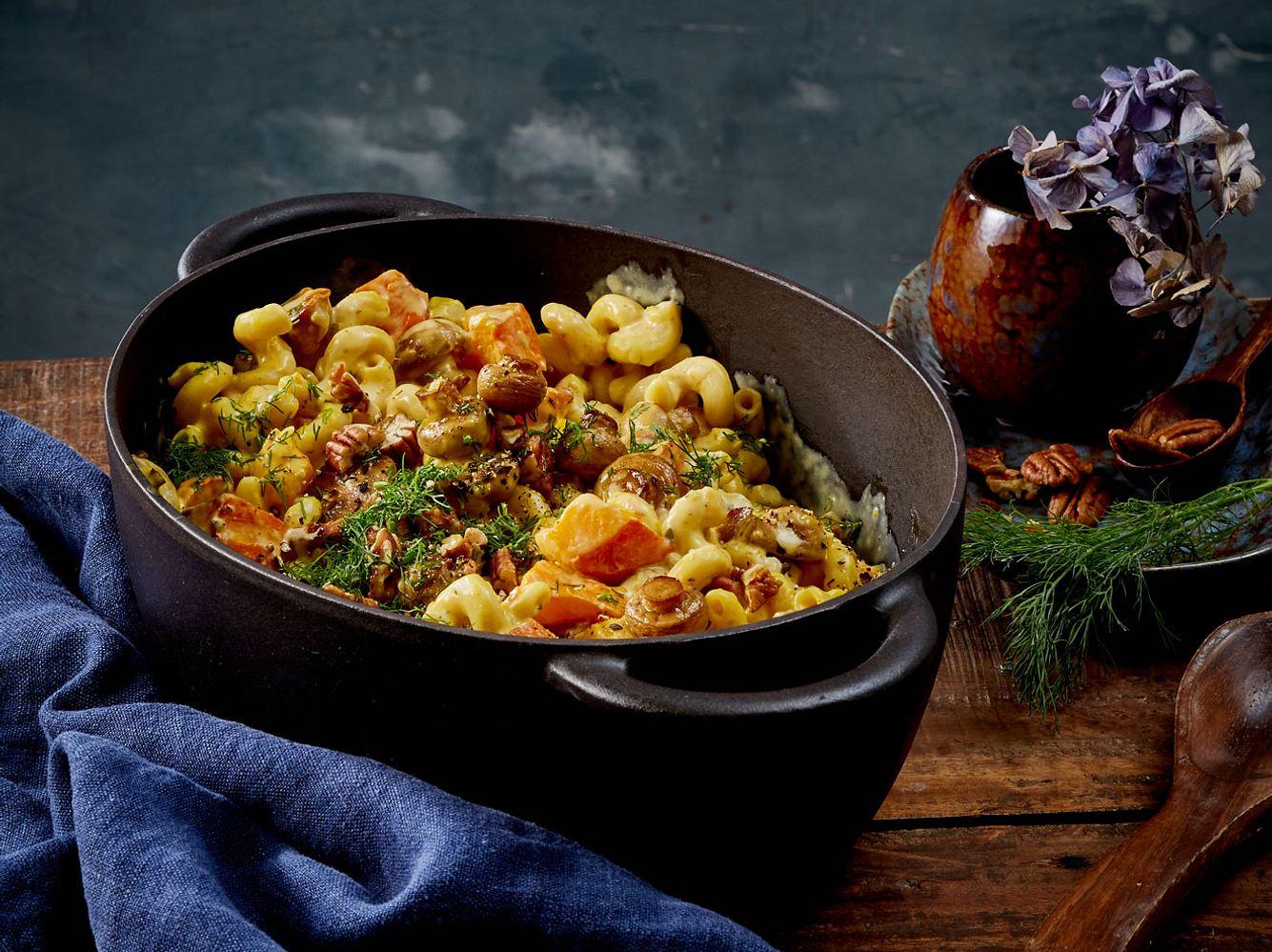 Herbstlich lecker und schnell gemacht ist der One Pot mit Kürbis und Nudeln.