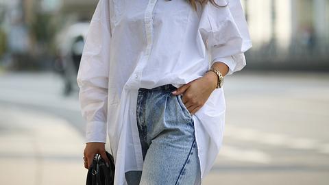 Oversize Bluse kombinieren: So stylst du das angesagte Trend-Teil - Foto: Jeremy Moeller/Getty Images