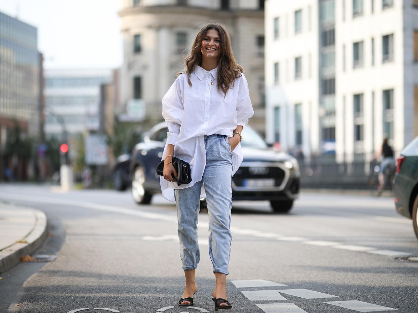 Oversize Bluse kombinieren: So stylst du das angesagte Trend-Teil diesen Sommer
