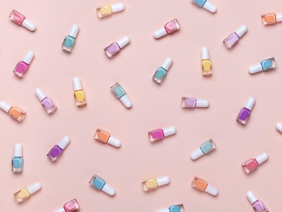 Verschiedene Fläschchen mit Pastell-Nagellack