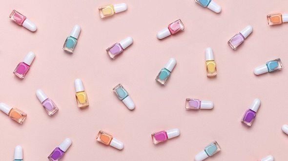 Verschiedene Fläschchen mit Pastell-Nagellack - Foto: iStock/Svetlana Vorontsova