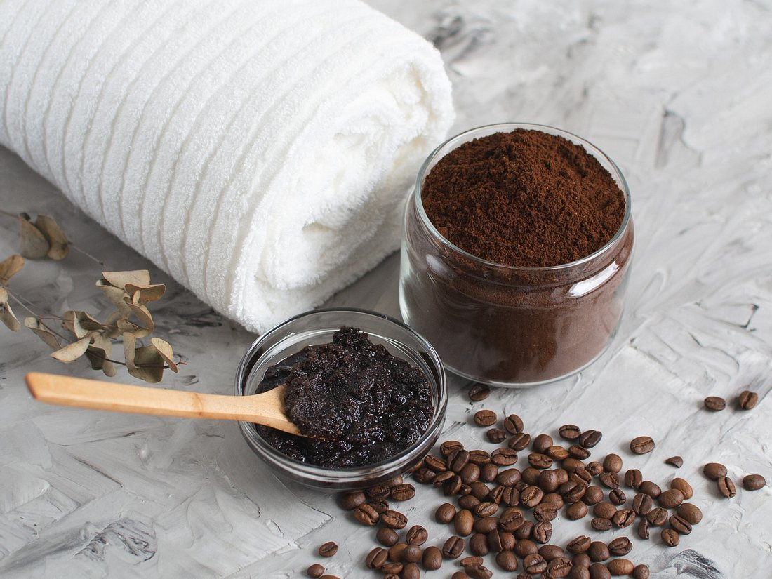 Schwarzes Peeling ohne Mikroplastik aus Kaffee