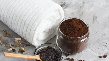 Schwarzes Peeling ohne Mikroplastik aus Kaffee - Foto: iStock/Jelena Irikova