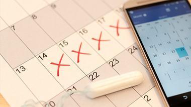 Du kannst deine Periode verschieben. Wir verraten, wie es mit und ohne Pille funktioniert. - Foto: iStock