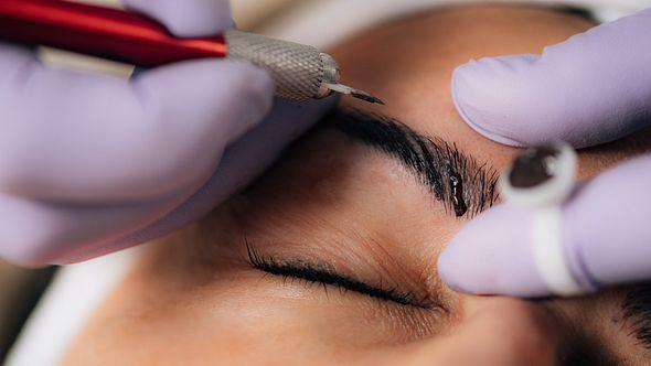 Permanent Make-Up entfernen: So wirst du Microblading und Co. wieder los - Foto: microgen/iStock
