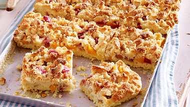 Leckerer Pfirsichkuchen vom Blech ist ein Highlight auf der Kaffeetafel. - Foto: House of Foods