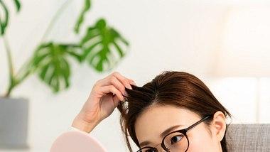 Pickel auf der Kopfhaut. - Foto: miya227/iStock