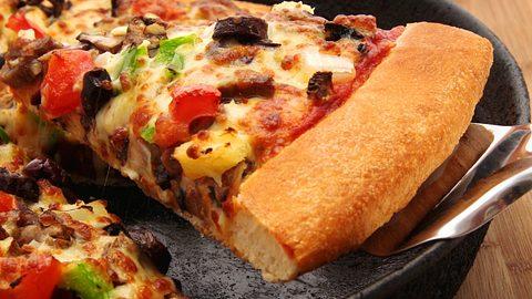 Pizza aus der Pfanne. - Foto: fozrocket/iStock