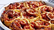 Die herzhaften Pizzaschnecken sind mit Parmaschinken gefüllt. - Foto: Food & Foto, Hamburg