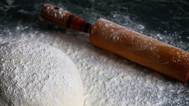 Pizzateig lässt sich auch ohne Hefe ganz leicht selber machen. - Foto: iStock/alexkich