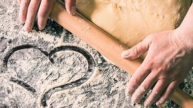 Pizzateig lässt sich ganz leicht selber machen. - Foto: iStock/katerinasergeevna