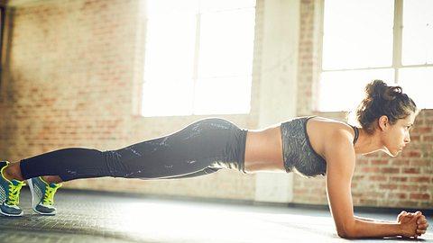 Plank Pull: Die perfekte Übung für einen flachen Bauch - Foto: iStock