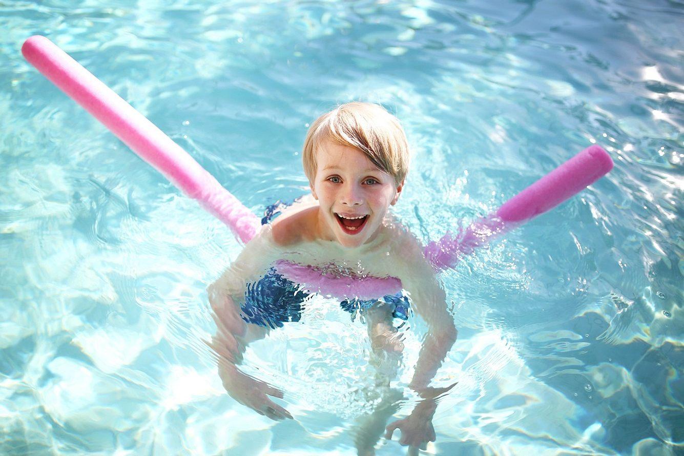 Eine Poolnudel bringt in jedem Alter Spaß