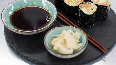 Rezept: Quinoa-Sushi mit Avocado, Gurke und Räucherlachs - Foto: Disney