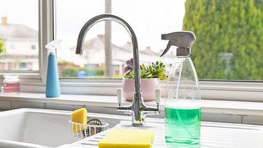 Reinigungstab - Putzmittel selbst anmischen - Foto: iStock/SolStock
