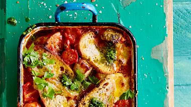 Die Bratwürstchen, die vom Grillen übrig geblieben sind, lassen sich in ein ganz neues Gericht verwandeln. - Foto: House of Food / Bauer Food Experts KG