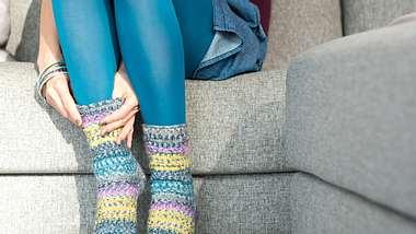 Diese süßen Ringelsocken kannst du dir ganz einfach selbst machen - Foto: deco&style