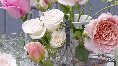 rosen in nostalgischen wasserglaesern - Foto: Wohnidee