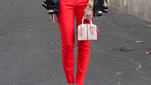 rote hose kombinieren styling tipps - Foto: Getty Images