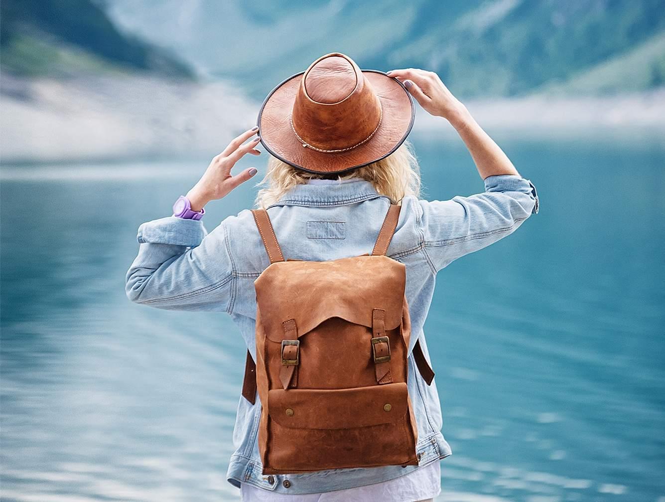 Frau trägt nachhaltigen Rucksack.