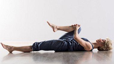 Du kannst deinen unteren Rücken ganz ohne Equipment dehnen. - Foto: iStock/Photology1971
