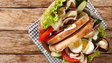 Sabich ist ein vegetarisches Sandwich nach israelischer Art. - Foto: ALLEKO/iStock
