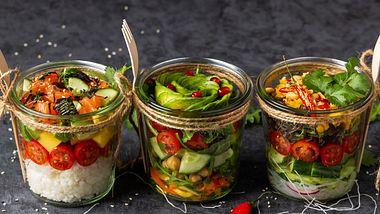 Eine Salat-Diät kann vielfältig und lecker sein. Besonders mit unseren Rezepten. - Foto: iStock/Elizaveta Bauer