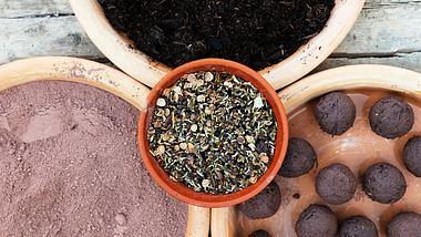 Samenbomben kann man im Handumdrehen selber machen. - Foto: iStock/miriam-doerr
