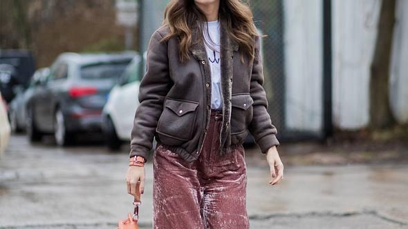 Samt macht auch in diesem Winter jedes Outfit luxuriös. - Foto: Getty Images
