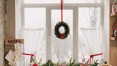 Weiße Scheibengardine an Küchenfenster - Foto: iStock/ Oksana_Bondar